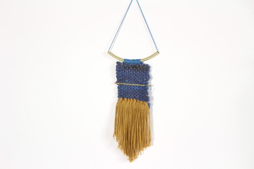 Bijoux de mur en tissage woodhappen bleu et jaune moutarde.jpg